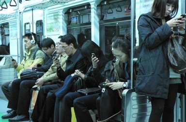 800px-People_engaging_with_their_phones_on_the_Seoul_Metro_-_5166351572_4e33242d3e_o